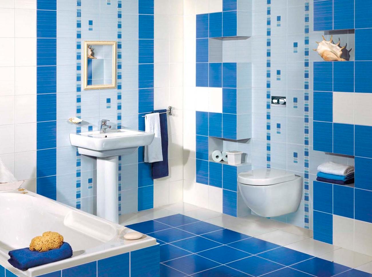 плитка в маленькую ванную сине-белая работа очень выделяется
